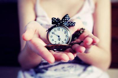 明日の起きる時間を示す時計