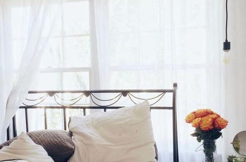 太陽光が差し込むベッドルーム