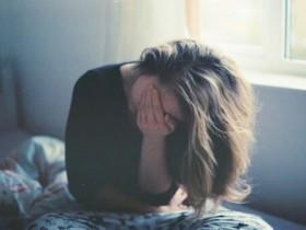 不眠症で寝不足の女性
