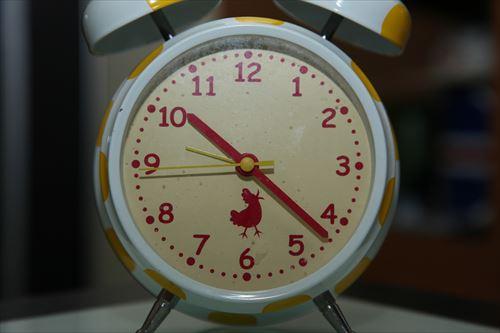 夜22時を指す時計