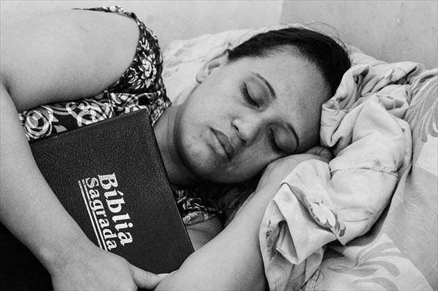 眠り続ける女性