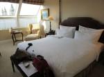 清潔なホテルのベッドルーム