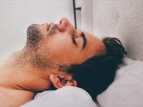 ぐっすり眠る男性