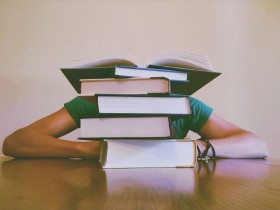 本の前で寝る人