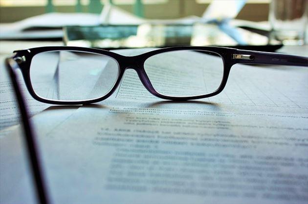 学習資料とメガネ