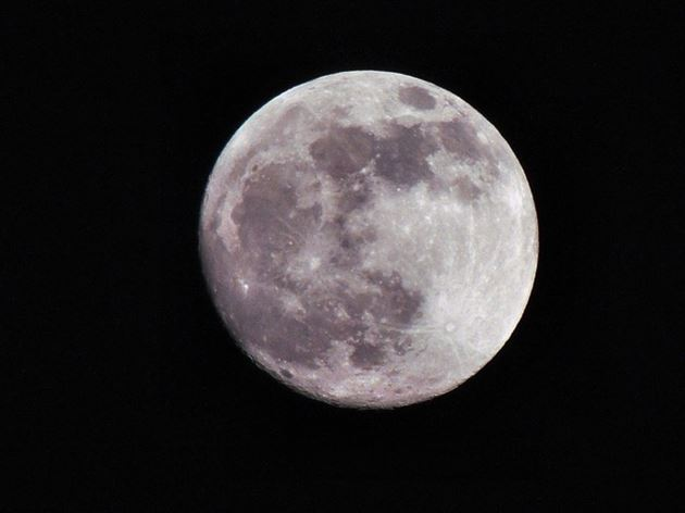 深夜に輝く満月