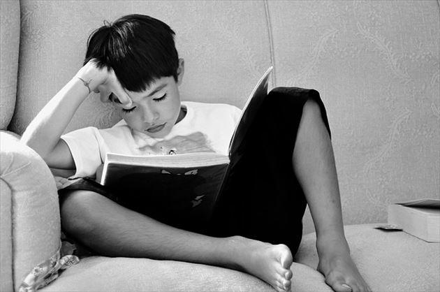 寝る前に勉強する男の子
