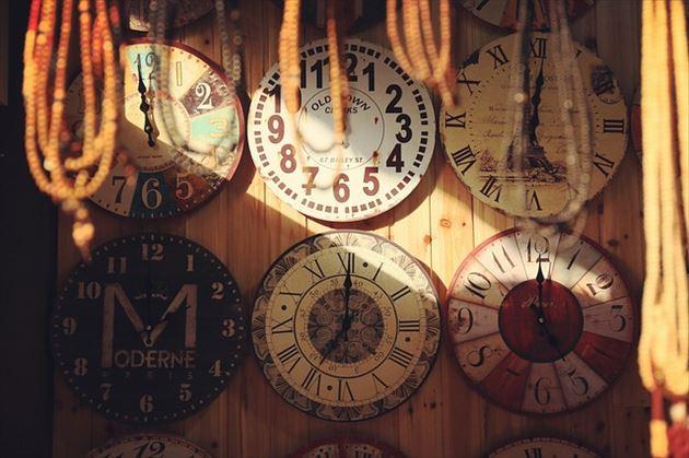 別々の時を刻む時計