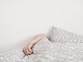 寝不足でベッドから起きられない人