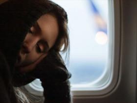 眠気で起きられない女性