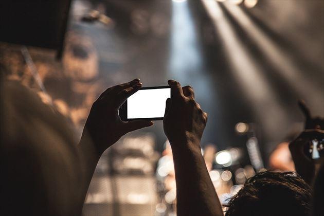 ブルーライトを発するスマートフォンの画像1