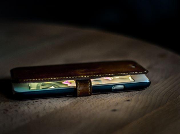 ブルーライトを発するスマートフォンの画像4