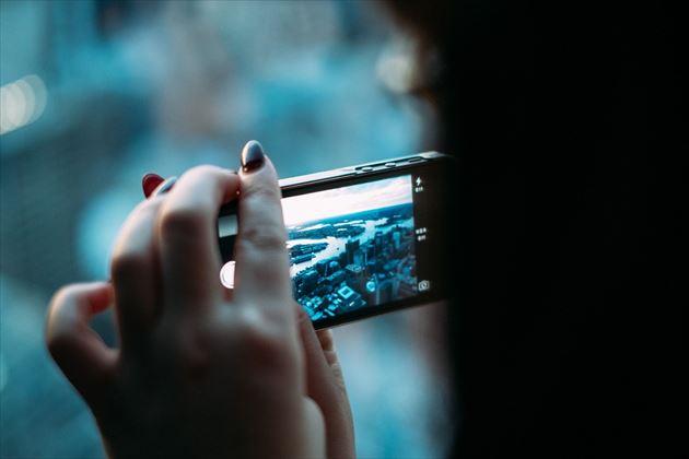 ブルーライトを発するスマートフォンの画像5
