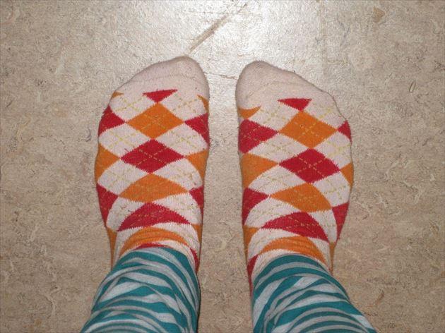 パジャマと靴下をはいた足元