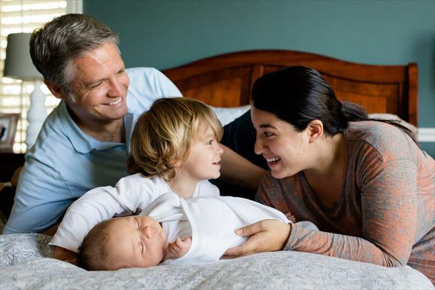 ベッドの上で話す家族