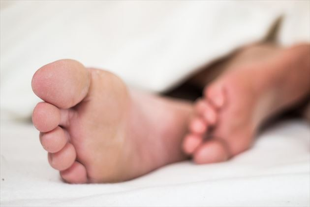 睡眠中の人間の脚