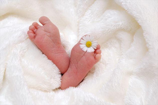 睡眠中の赤ちゃんの足