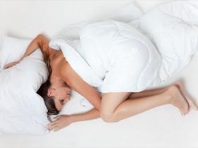 ベッドに入っても眠れないでいる女性