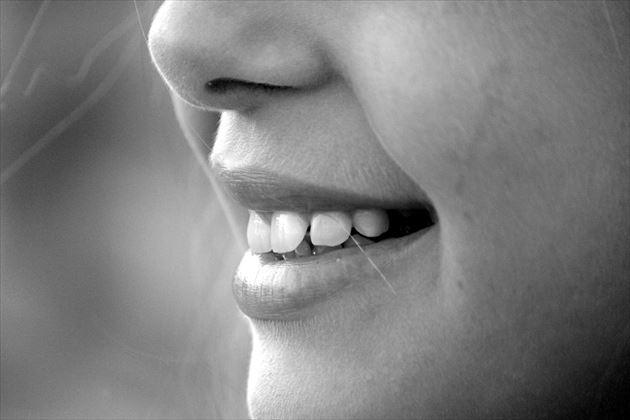 女性の鼻と口
