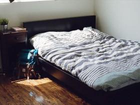 部屋のベッド