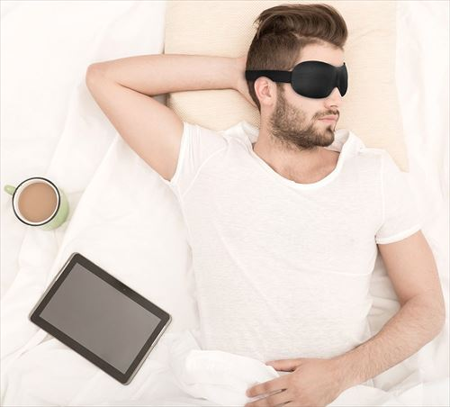アイマスクを付けて眠る男性
