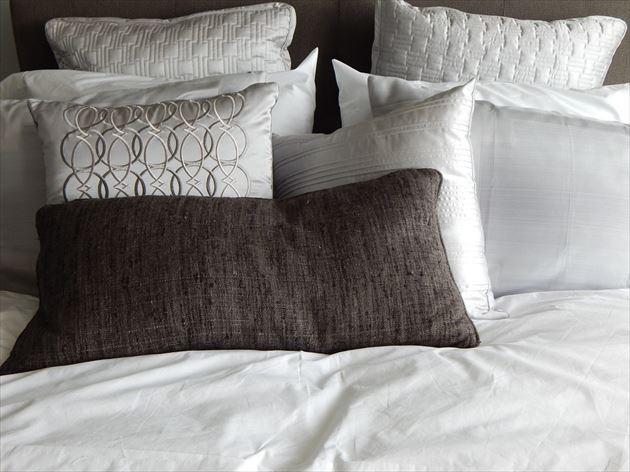 ベッドに置かれた数種類の枕