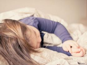 枕で眠る女性