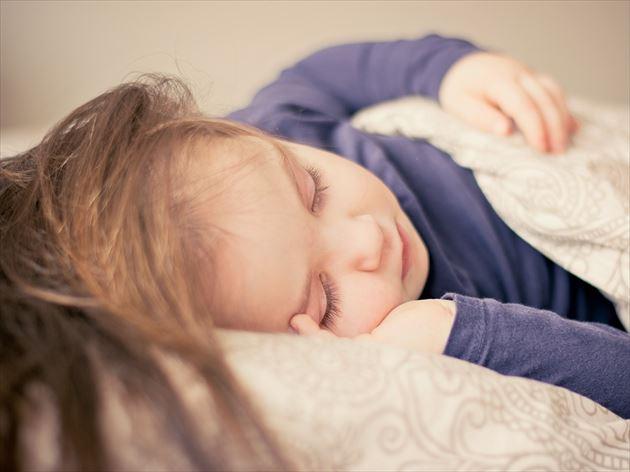 ちょうど良い高さの枕でぐっすり眠る女性