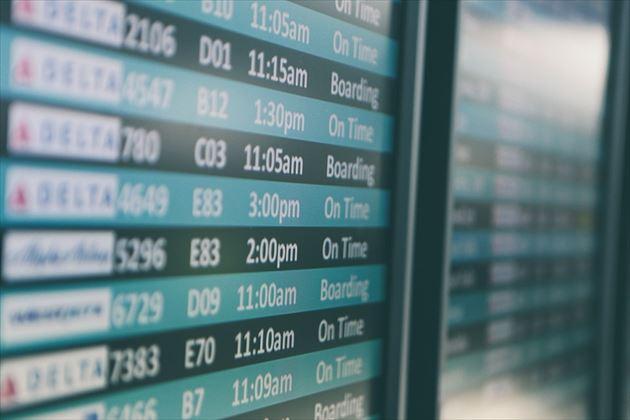 空港内の飛行機の時刻表