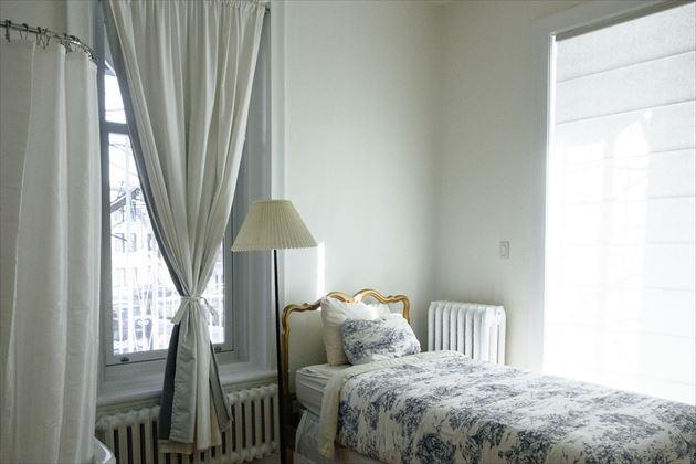 壁に寄せたベッド