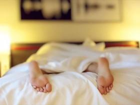 ベッドから起きられない子供の足
