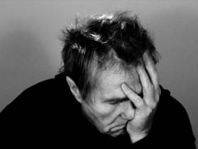 睡眠不足と病気に悩む男性の画像