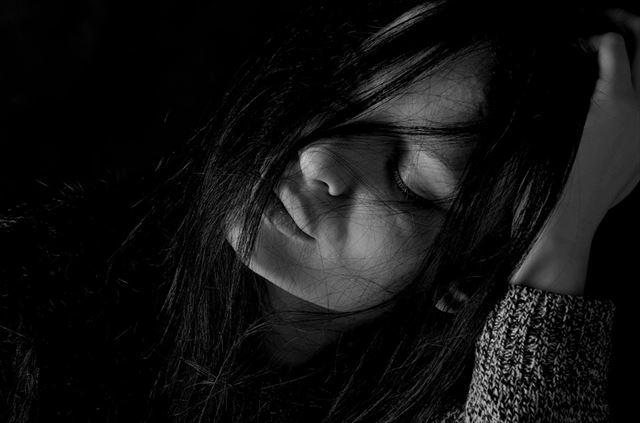 不眠症とうつ病に悩む女性