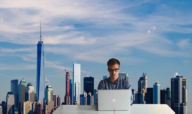都会で忙しく働く男性