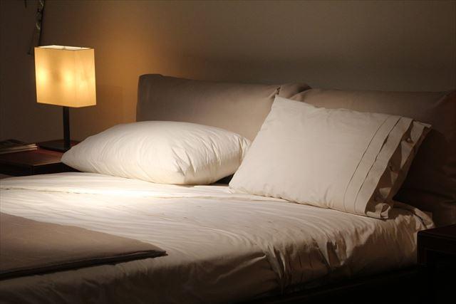 薄暗いベッドルーム