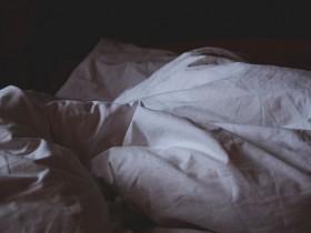 暗く乱れた不眠症の人のベッドルームの画像