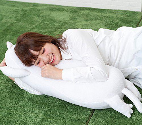 抱き枕を抱えながら気持ちよさそうに眠る女性