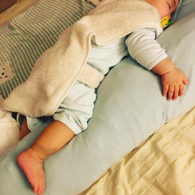 抱き枕を抱えて気持ちよさそうに眠る赤ちゃんの画像1