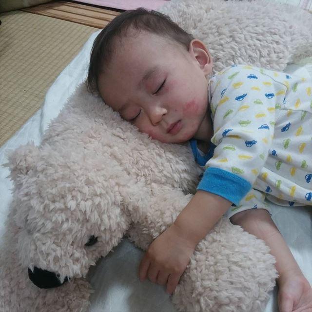 抱き枕を抱えて気持ちよさそうに眠る赤ちゃんの画像2
