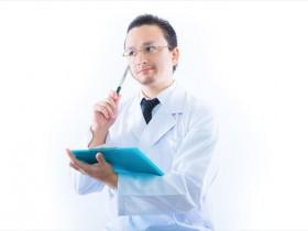 認知行動療法の診察をする男性医師の画像