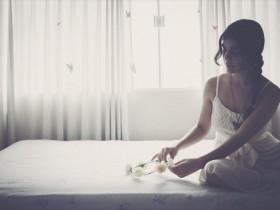 不眠症状の女性の画像