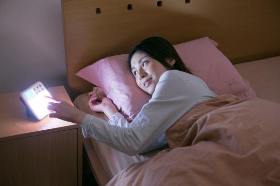光目覚まし時計「inti SQUARE(インティスクエア)」で起きる女性の画像