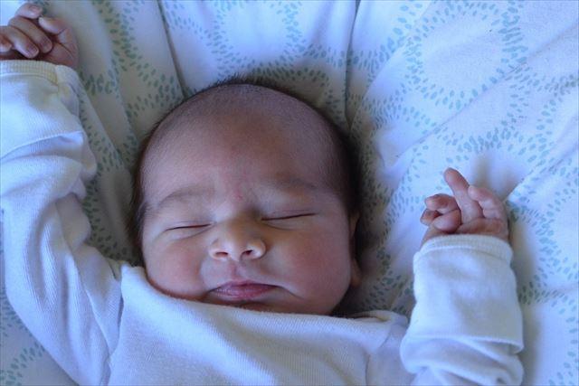 ぐっすり睡眠をとっている子どもの画像