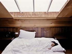 自分に合った枕で眠る女性の画像