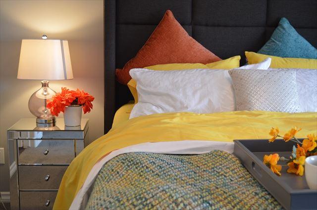 きれいにベッドメイキングされた寝室の画像