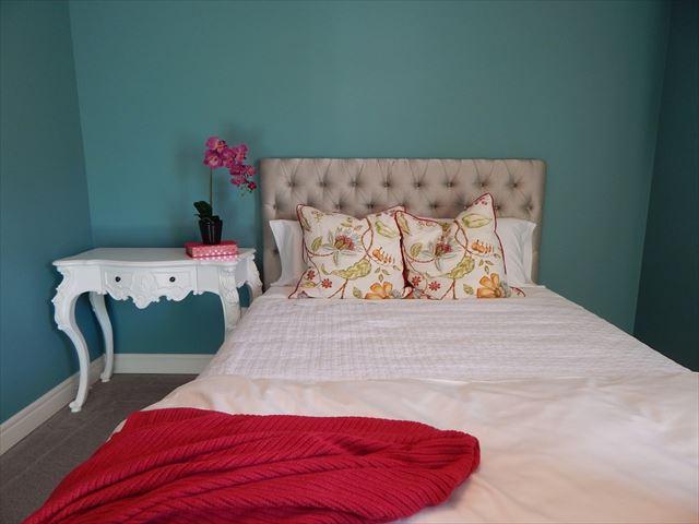 寝室にある快適な寝具の画像