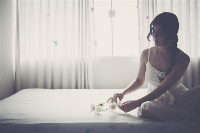 マットレスに座る女性の画像