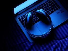 バイノーラルビートをパソコンから流しているヘッドフォンの画像
