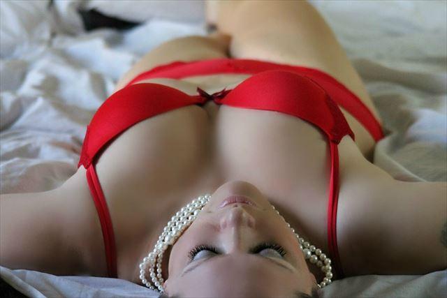 ブラシャーとパンツをつけたまま眠る女性の画像