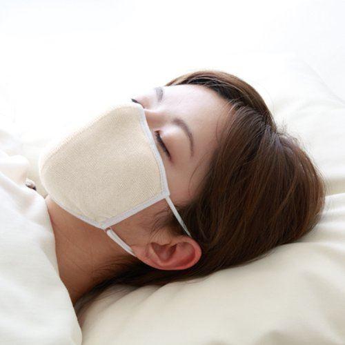 夜用マスクをつけて寝る女性の画像